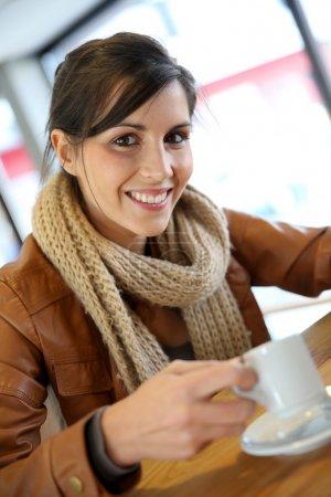 Photo pour Portrait d'étudiante joyeuse buvant du café - image libre de droit