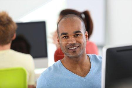 Photo pour Homme travaillant sur ordinateur de bureau - image libre de droit