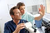 Biologové kontrola krevního vzorku