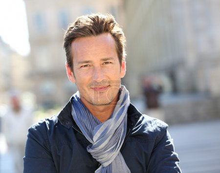 Foto de Retrato de cerca del guapo y sonriente hombre de 40 años en la ciudad - Imagen libre de derechos