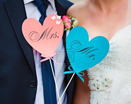 Couple montrer carte coeurs avec texte MR et MRS