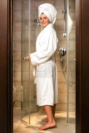 Photo pour Jeune femme portant une robe blanche dans la salle de bain . - image libre de droit