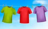 Satz von farbigen T-shirts an einer Wäscheleine hängen
