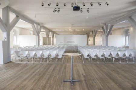 Frontalansicht von Sitzen in einem Veranstaltungsort