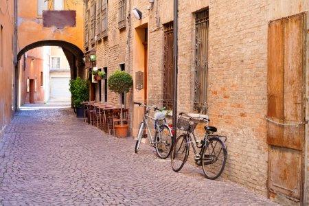 Photo pour Ancienne petite rue médiévale en pierre dans le centre historique de Ferrare, Italie - image libre de droit