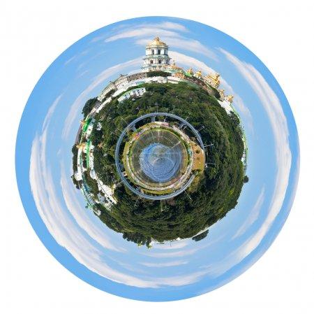 Photo pour Petite planète - Panorama sphérique du Dniepr à bord de l'eau avec laure de Petchersk de kiev, ukraine isolé sur fond blanc - image libre de droit