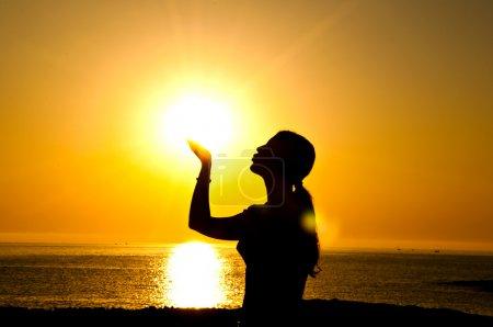 Photo pour Une belle silhouette de fille baiser le soleil - image libre de droit