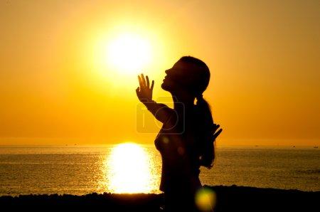 Photo pour Une belle silhouette de fille libre au soleil - image libre de droit
