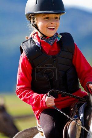 Photo pour Équitation - belle fille monte un poney - image libre de droit