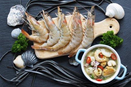 Photo pour Crevettes, fruits de mer - crevettes fraîches crues préparées pour la cuisson - image libre de droit