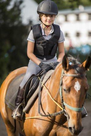 Equitación, retrato de una hermosa ecuestre a caballo