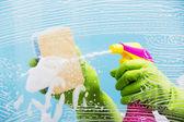Takarítás - tisztítás tisztítószerrel ablaktábla