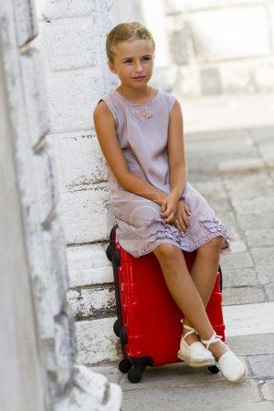 Photo pour Voyage à des endroits célèbres en Europe, concept. Voyage à Venise - belle fille avec la valise à l'hôtel - image libre de droit