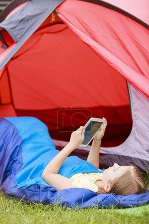 Foto de Campamento en la tienda - chica joven en el camping - Imagen libre de derechos