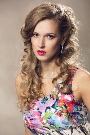 Photo pour Belle femme avec une coiffure élégante. Photo de mode - image libre de droit