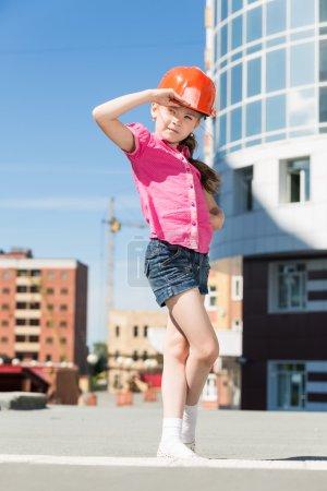 Photo pour Petite fille ingénieur en casque - image libre de droit