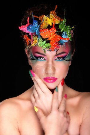 Photo pour Fashion Brunette Model Portrait. Coiffure. Coupe de cheveux. Maquillage professionnel. Faux cils - image libre de droit