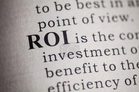 Photo pour Faux dictionnaire, définition du ROI dans le dictionnaire. Rendement des investissements - image libre de droit