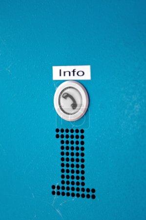 Photo pour INFO - bouton d'information pour appeler de l'aide ou obtenir des informations fiables sur la route, le service, etc. . - image libre de droit