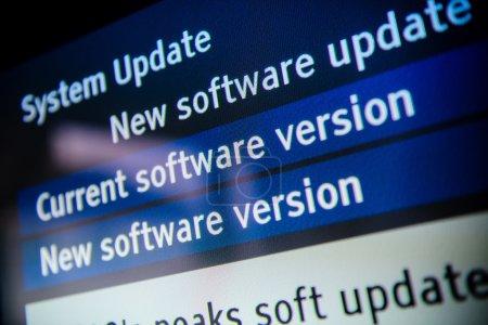 Photo pour Logiciel de mise à jour système disponible sur un moderne du téléviseur intelligent. - image libre de droit