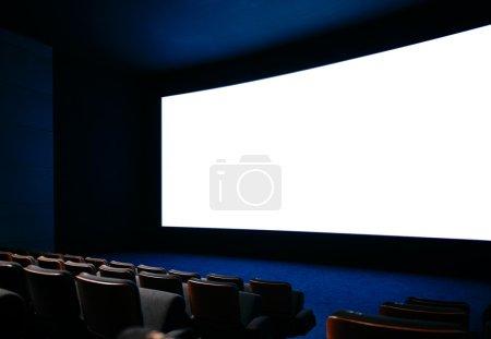 Photo pour Auditorium cinéma avec grand écran et des sièges vides - image libre de droit