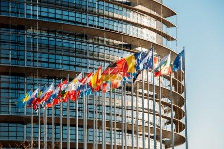 Photo pour Le Parlement européen à strasbourg, france avec drapeaux agitant un soir de printemps - image libre de droit