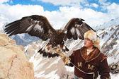 Nura, Kasachstan - 23. Februar: Adler auf Mannes Hand in Nura in der Nähe