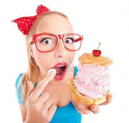 Photo pour Fille drôle avec cupcake - image libre de droit