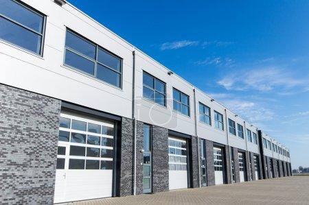 Photo pour Entrepôt de stockage unité installation et ciel bleu - image libre de droit