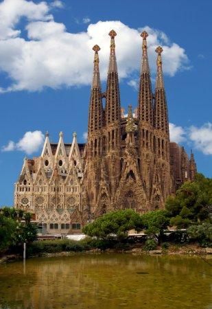Photo pour Barcelone la cathédrale célèbre sagradas familia qui a débuté à bâtie en 1882. Cette image montre que c'est beau, il semble avoir toutes les grues supprimés. - image libre de droit