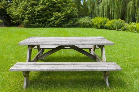 Photo pour Table de pique-nique - image libre de droit
