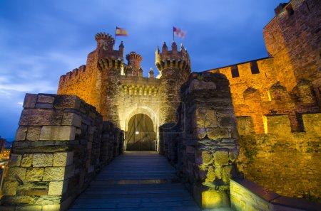 Photo pour Château de Ponferrada la nuit - image libre de droit