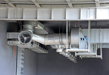 Photo pour Industrial air conditioning and ventilation systems under roof - image libre de droit