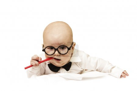 Photo pour Le petit bébé réfléchi grignote stylo - image libre de droit