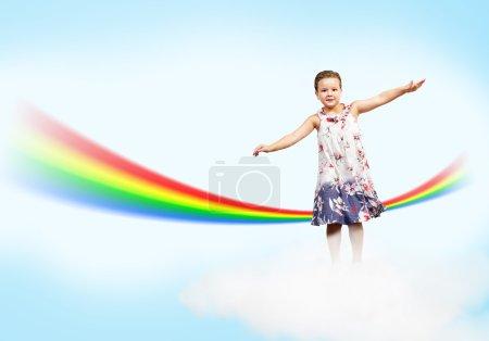 jeune fille sauter sur les nuages et un arc en ciel