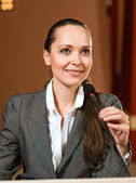 Foto podnikatelka mluvení do mikrofonu