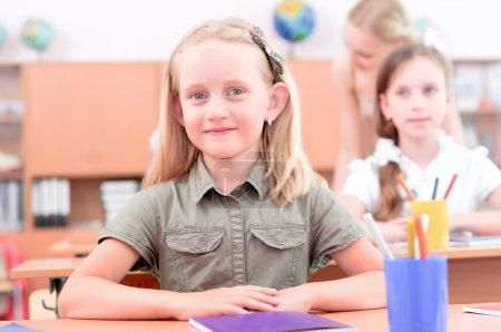 Foto de Retrato de estudiantes en el aula, sentarse en pupitres - Imagen libre de derechos