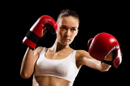 Photo pour Portrait d'une boxeuse, agressive et prête à se battre - image libre de droit