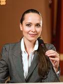 Portrét ženy podnikání s mikrofonem