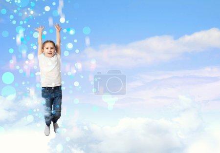 Photo pour Fille sautant sur un fond de ciel bleu - image libre de droit