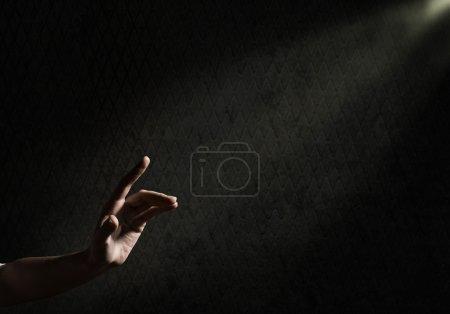 Photo pour La main de la femme tend vers les rayons de lumière, image conceptuelle de la lutte pour la liberté - image libre de droit