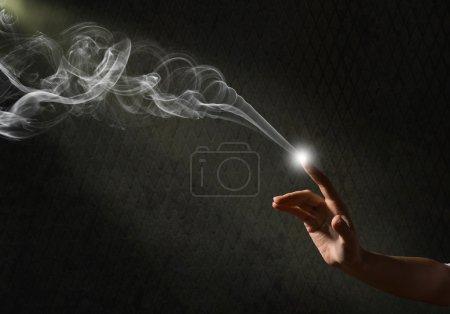 Foto de Mano mágica, imagen conceptual de una mano con la magia - Imagen libre de derechos