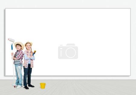 Photo pour Image d'un enfant debout près d'un mur blanc, espace pour le texte - image libre de droit