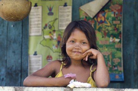 Photo pour Une jeune fille de la communauté Yagua en Amazonie colombienne . - image libre de droit