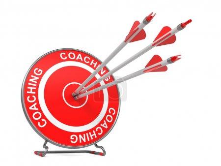 """Photo pour Coaching - Contexte commercial. Trois flèches frappant le centre d'une cible rouge, où est écrit """"Coaching"""". Expéditeur 3D . - image libre de droit"""