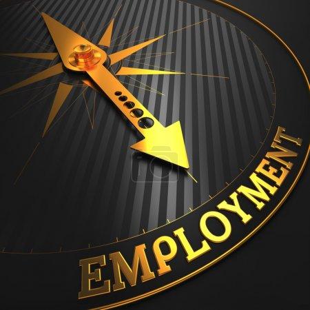 Photo pour Emploi - concept d'affaires. aiguille de la boussole d'or sur un champ noir pointant vers le mot « emploi ». rendu 3D. - image libre de droit