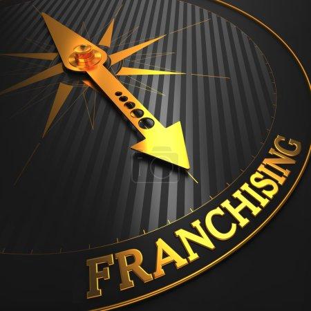 Photo pour Franchisage - expérience en affaires. aiguille de la boussole d'or sur un champ noir pointant vers le mot « franchisage ». rendu 3D. - image libre de droit