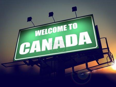 Photo pour Bienvenue au Canada - Panneau vert sur le soleil levant Contexte . - image libre de droit