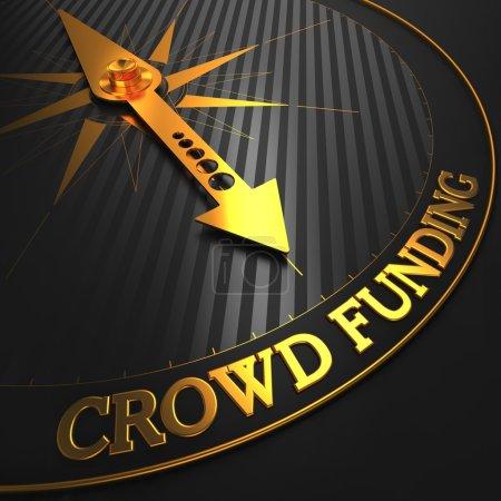 Photo pour Financement participatif - aiguille de boussole dorée sur un champ noir pointant du doigt . - image libre de droit