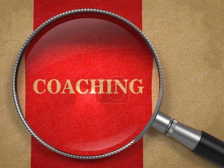 Photo pour Concept de coaching. Verre grossissant sur vieux papier avec fond de ligne verticale rouge . - image libre de droit